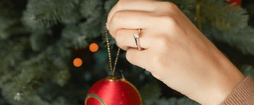 Τα ωραιότερα δαχτυλίδια για μια Χριστουγεννιάτικη πρόταση γάμου