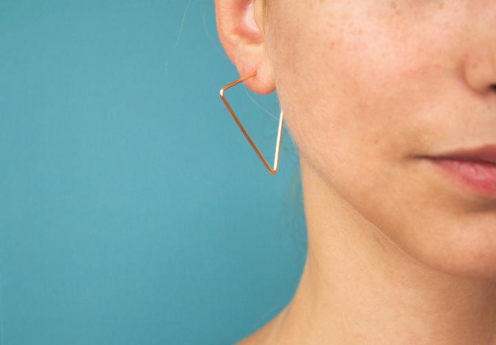 Σκουλαρίκια κρίκοι: Φορέστε το hot trend της σεζόν