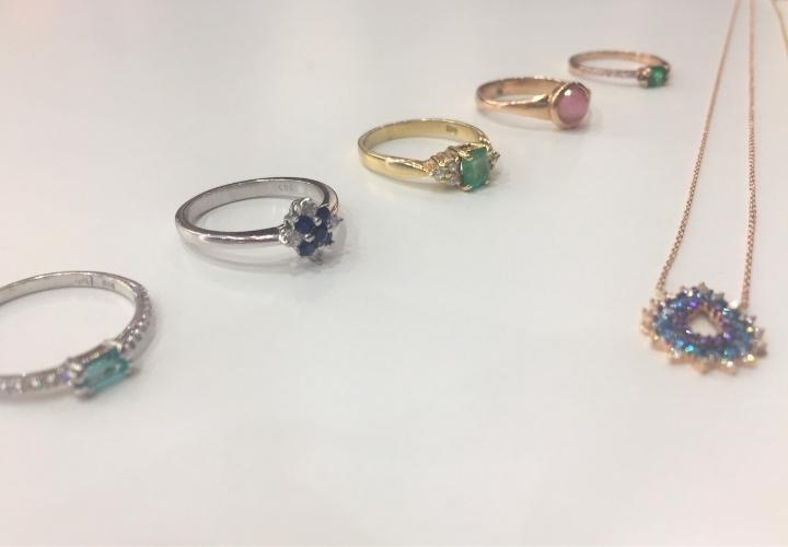Έντονα χρώματα στα κοσμήματα